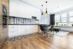 Modernt litet rum med kök royaltyfri foto