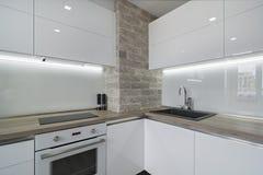 Modernt ljust vitt kök med en enkel design Royaltyfria Bilder