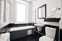 Modernt lyxigt badrum med badkaret och fönstret tolkning 3D av ett kontorsutrymme Arkivbild