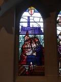 Modernt målat glassfönster i kyrka i Irlam Salford Lancashire Arkivbilder