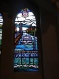 Modernt målat glassfönster i kyrka i Irlam Salford Lancashire Royaltyfri Bild