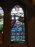 Modernt målat glassfönster i kyrka i Irlam Salford Lancashire Fotografering för Bildbyråer