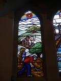 Modernt målat glassfönster i kyrka i Irlam Salford Lancashire Arkivbild