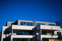 Modernt mång- familjhus i munich, blå himmel royaltyfri bild