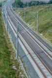 Modernt mång--spår järnväg linje med över huvudet linjer royaltyfri fotografi