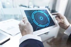 Modernt manöverenhetsbegrepp, affärsman som arbetar med den digitala minnestavlan på kontoret arkivfoton