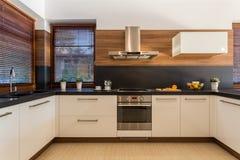 Modernt möblemang i lyxigt kök Fotografering för Bildbyråer