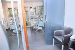 Modernt medicinskt rum för tandläkare` s arkivbild