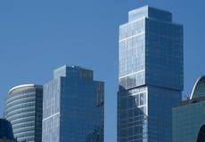 modernt moscow för blå byggnadsstad kontor över skyen Royaltyfria Bilder