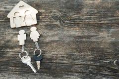Modernt nyckel- fall på träbakgrund Nytt hus, köpande verkligt e Royaltyfria Foton