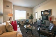 Modernt nytt lägenhetvardagsrum och möblemang royaltyfri fotografi