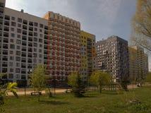 Modernt och bekvämt nybyggt bostadsområde Arkivfoto