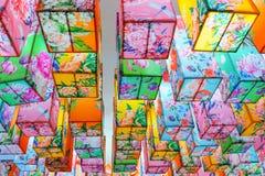 Modernt och färgrikt av kinesiska lampor med blommatextur Arkivfoton