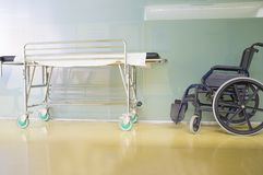 Modernt och glimma sjukvårdmitthall med båren och rullstolen royaltyfria bilder