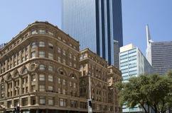 Modernt och historiska byggnader i i stadens centrum Dallas Arkivfoto