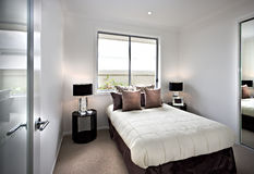 Modernt och klassiskt sovrum med fönster och lampor Royaltyfri Foto