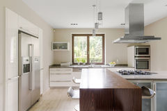 Modernt och rymligt kök royaltyfri bild