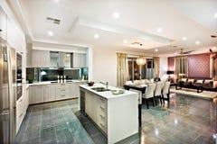 Modernt och skinande kök med att äta middag och bosatt område royaltyfria foton