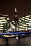 Modernt område av London på natten Royaltyfri Fotografi
