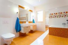 Modernt orange badrum Royaltyfri Bild