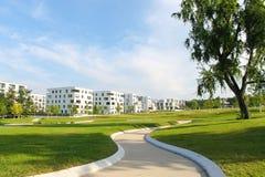 Modernt parkera och hus Fotografering för Bildbyråer