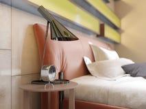 Modernt piska säng med sidotabeller med lampor i det moderna sovrummet Exponerade hyllor, glansiga väggpaneler, läder royaltyfri illustrationer