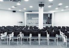 Modernt presskonferensrum Royaltyfri Bild