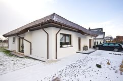 Modernt privat hus i vintern, abstrakt arkitekturfastighet Royaltyfri Foto