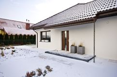 Modernt privat hus i vintern, abstrakt arkitekturfastighet Arkivbilder