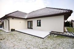 Modernt privat hus i vintern, abstrakt arkitekturfastighet Arkivfoto
