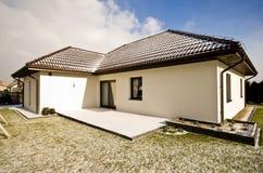 Modernt privat hus i vintern, abstrakt arkitekturfastighet Arkivfoton