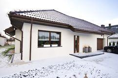 Modernt privat hus i vintern, verklig estat för abstrakt arkitektur Royaltyfria Bilder