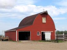 Modernt rött belägger med metall ladugården. Arkivbild
