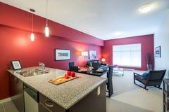 Modernt rött vardagsrum och kök Arkivbilder
