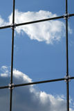 modernt reflexionsskyskrapafönster Arkivbild