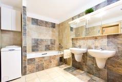 Modernt rent badrum med två handfat Arkivbild