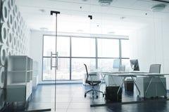 Modernt rum för affärskontor med arbetsstationer som förbiser en stad Royaltyfria Bilder
