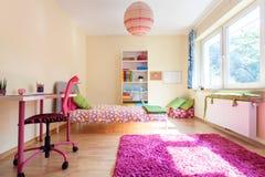 Modernt rum för en flicka Royaltyfri Foto