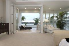 Modernt rum med en terrass Royaltyfri Bild