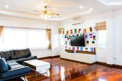 Modernt rum med TV och flaggor Royaltyfria Bilder