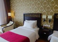 Modernt sängrum på det lyxiga hotellet Arkivfoto