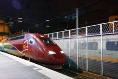 Modernt snabbt drev för passageraredrev på stationen. Arkivbild