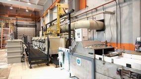 Modernt snickeriseminarium med maskiner och hjälpmedel, tillverkande begrepp footage Utrustning som inomhus installeras på arkivfoton