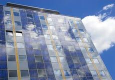 modernt sol- för cellfacade Arkivbilder