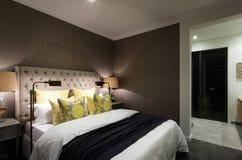 Modernt sovrum av ett lyxigt hotell som är klart till inbokat royaltyfria foton