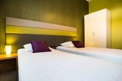 Modernt sovrum i aftonen Royaltyfria Bilder
