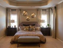 Modernt sovrum i brunt Arkivfoto