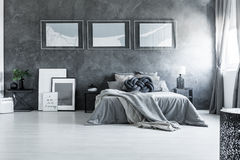 Modernt sovrum med översiktsaffischen royaltyfri fotografi