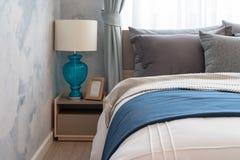 Modernt sovrum med den moderna lampan royaltyfri fotografi
