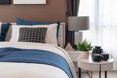 Modernt sovrum med den moderna lampan royaltyfri bild
